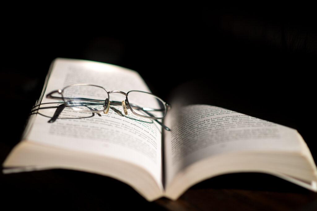 読書は好きなのに老眼になると本が読めない?大活字本や電子書籍、ハズキルーペも最大限に利用しよして老眼を克服しよう!
