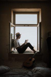 【効果倍増】読書の姿勢によって記憶量が変わる?文豪ヘミングウェイもやっていた?一番のオススメは立ち読書? 立ち読書 読書 姿勢