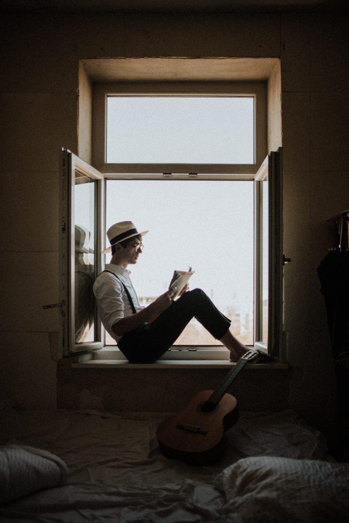 【効果倍増】読書の姿勢によって記憶量が変わる?文豪ヘミングウェイもやっていた?一番のオススメは立ち読書? 立ち読書 読書 姿勢 立って 読書