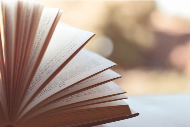 図書館で本を探すときや並べるときに使う背ラベル!背ラベルは本の背表紙下に貼ってあり、本の住所が書かれています